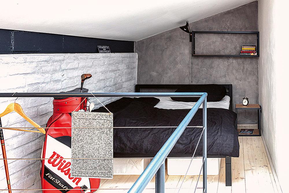 priestorová nika na druhom poschodí, vktorej vznikla minimalistická spálňa