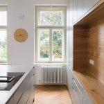 okno v kuchyni s nástennými hodinami