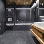kúpeľňa so sivými obkladačkami a sprchovým kútom