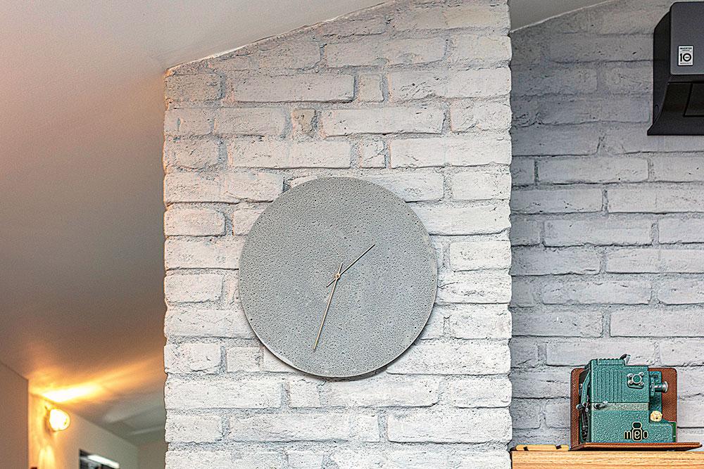 Na pozadí nabielo natretej steny, obloženej lícovými tehlami, sa vobývačke vyníma drevená polica ana nej predmet, ktorý predurčil farebné ladenie doplnkov – stará premietačka všalviovej farbe. Tento inšpiratívny byt je plný zaujímavých detailov.