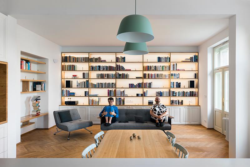 obývacia časť so sedačkou a knižnicou