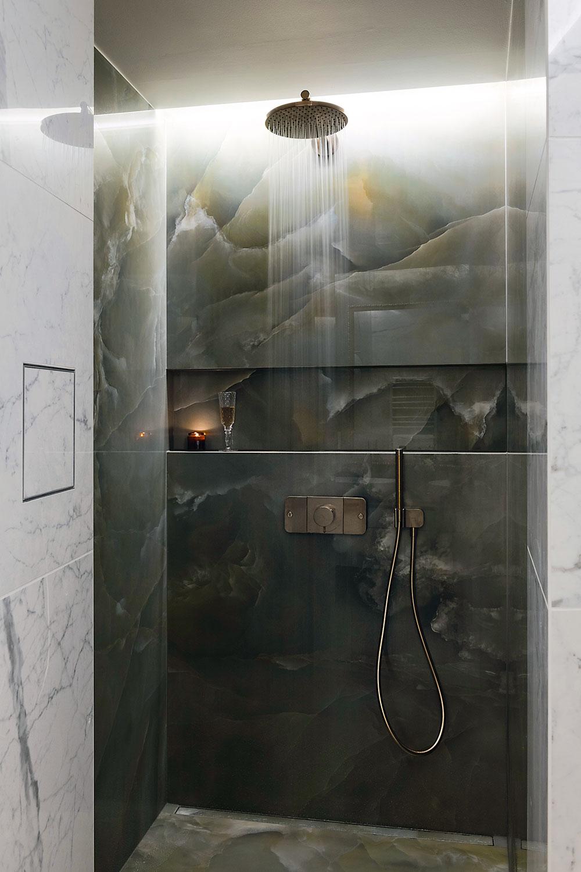 mramorový sprchový kút