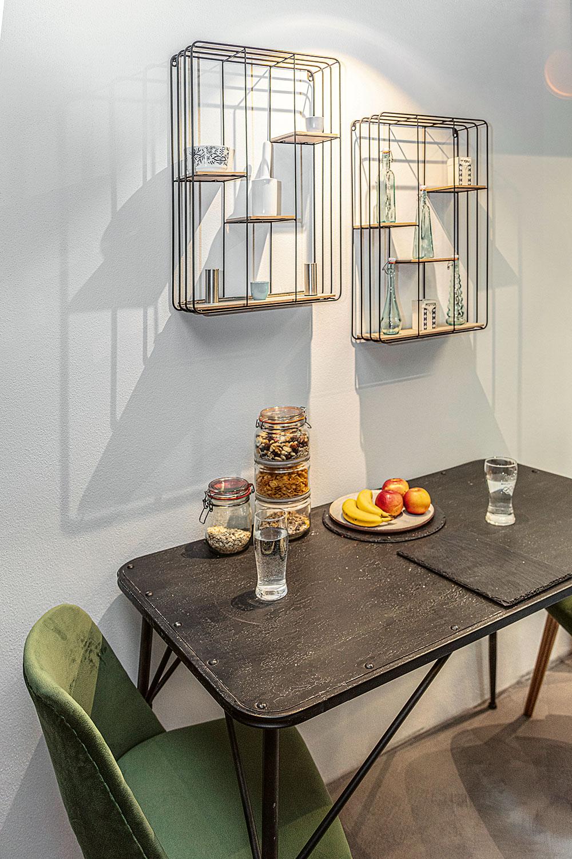 Minijedáleň, hodná jednočlennej domácnosti, je umiestnená na rozhraní kuchyne aobývačky, teda absolútne logicky. Hoci je jej zariadenie priam sparťanské (alebo možno práve preto), každý jeden kúsok je doslova skvost – počínajúc zrenovovanými klasickými stoličkami značky Ton akončiac nápaditými policami vyrobenými na mieru.