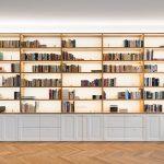 rozsiahla knižnica s bielymi skrinkami