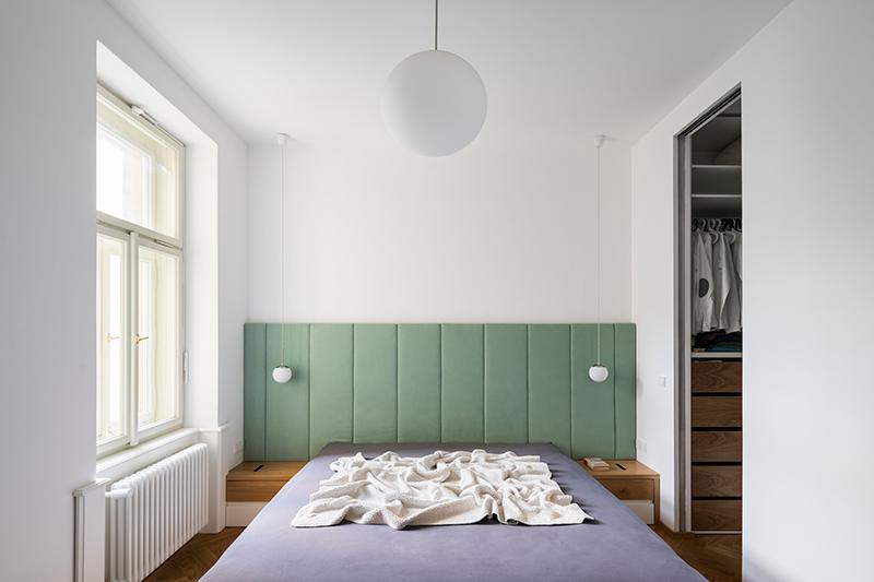 manželská postel s čelom dominuje spálni