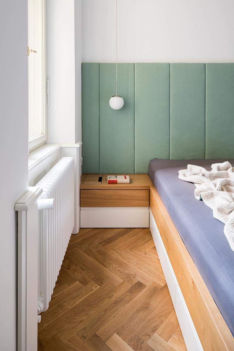 nočný stolík pri posteli