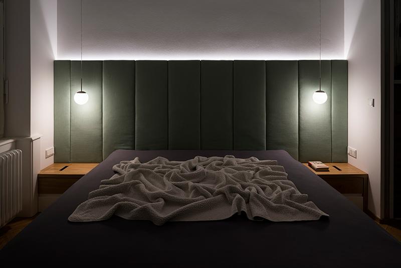 manželská posteľ s malými lampami