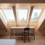 pracovný stôl v podkroví pod strešnými oknami