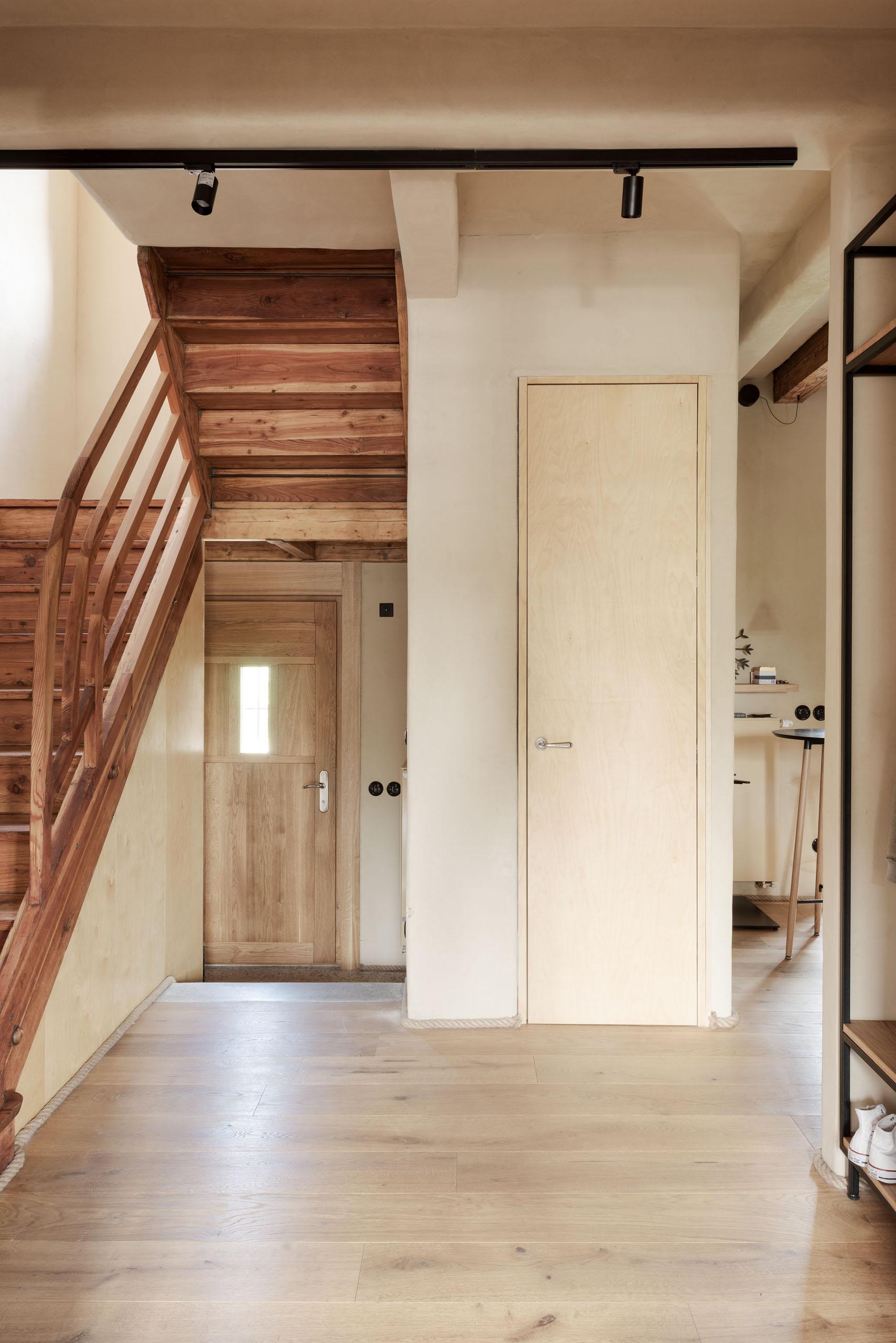 schodisko na druhé podlažie domu