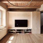 obývacie izba s televízorom a kozubom
