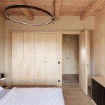 spálňa s drevenou vstavanou skriňou