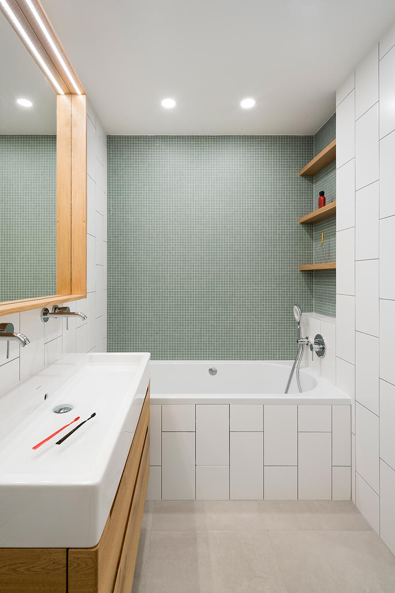 kúpeľňa so zeleným obkladom a drevenými prvkami