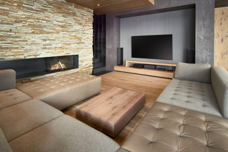 obývacia izba s kamenným krbom