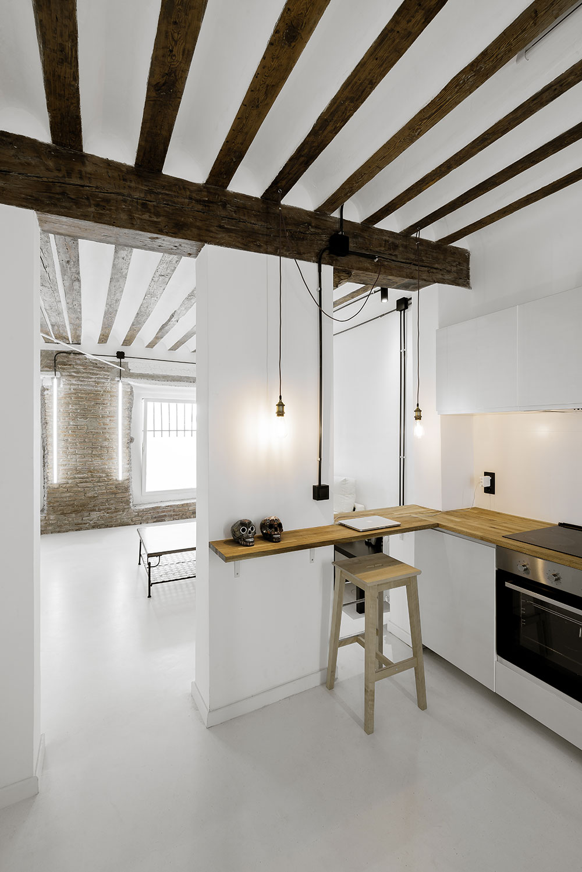 Obývačku od kuchynskej časti delí hrubší stĺp