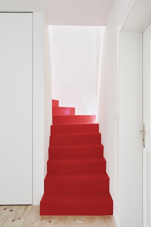 schodisko upravené červenou stierkou