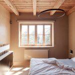 spálňa v prírodných tónoch s drevom