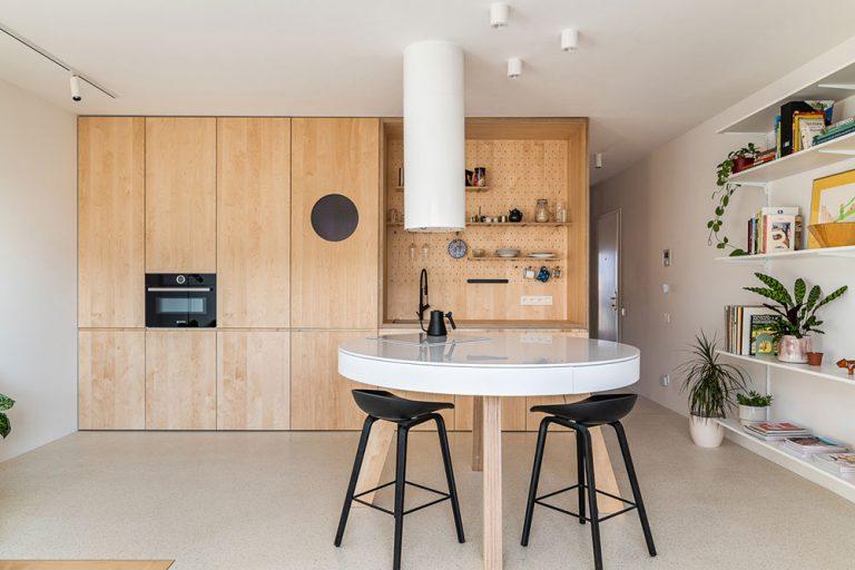 Z tmavého jadra je nové centrum bytu, púšťa svetlo do kúpeľne z oboch strán