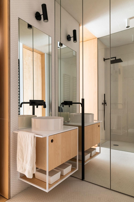 kúpeľňa s čiernou batériou a bielym umývadlom