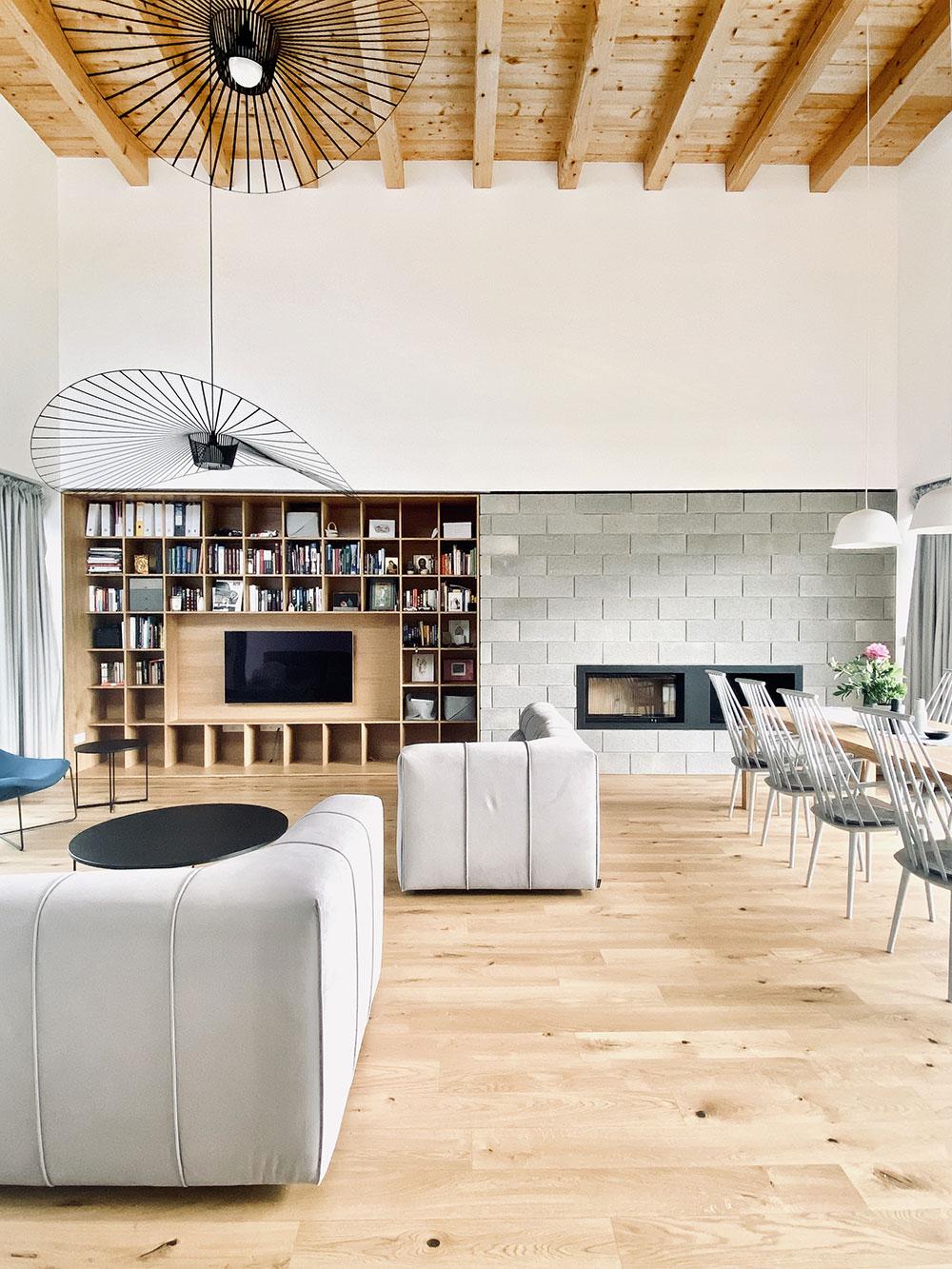 Denná časť domu spája kuchyňu jedáleň a obývačku.