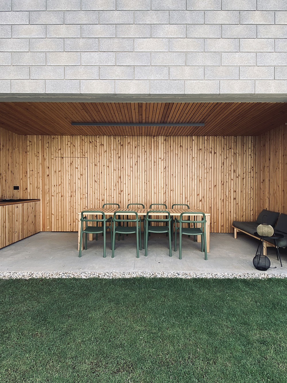 Hlavný obytný priestor s letnou kuchyňou, patiom a záhradou