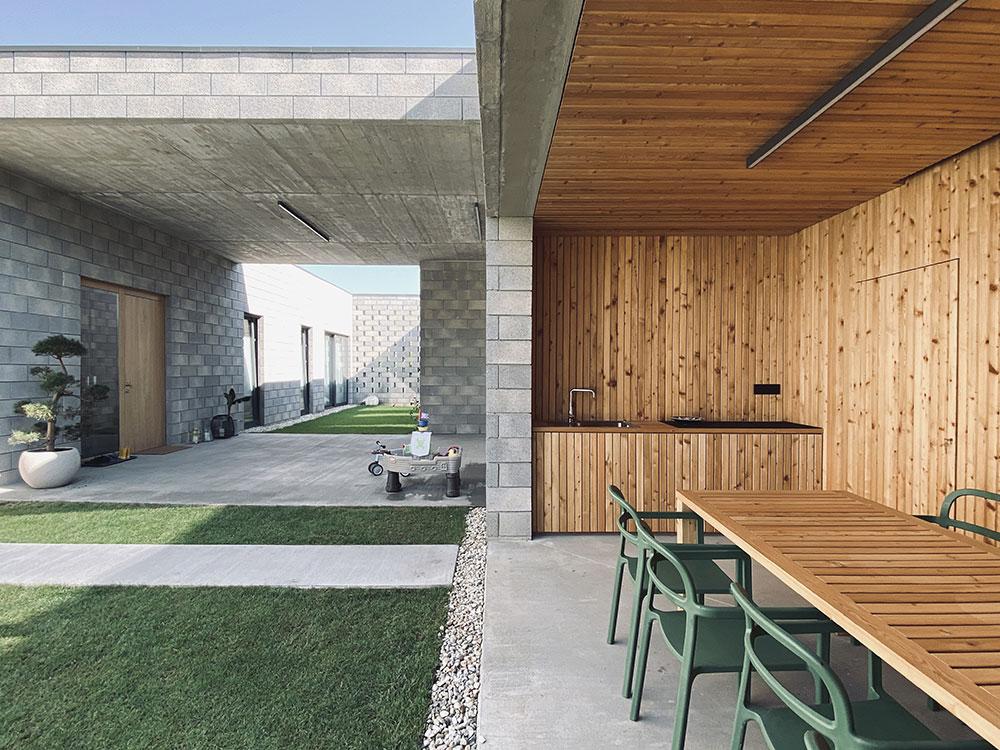 Hlavný obytný priestor s letnou kuchyňou, patiom a záhradou.