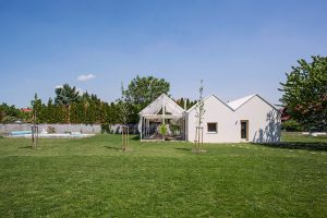 Ideálny dovolenkový dom vo Vajnoroch? Jednoduchý interiér, veľká terasa, bazén a záhrada