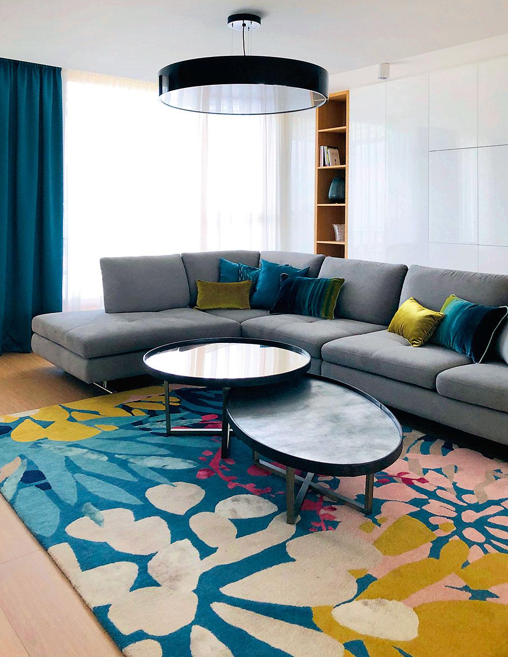 pestrý koberec v obývacej izbe