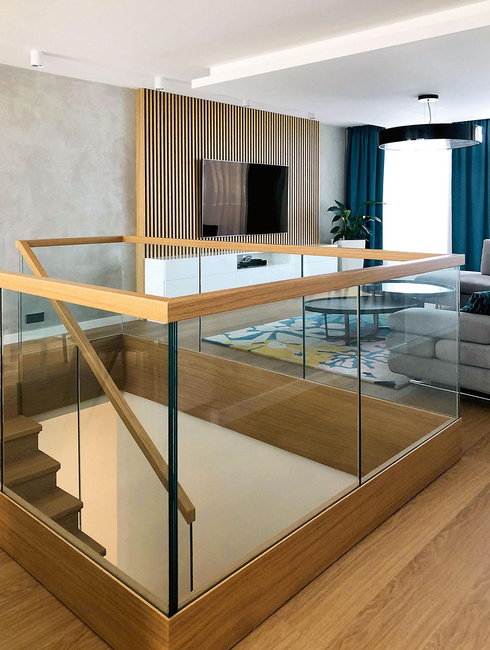 Schodisko, nachádzajúce sa vstrede dispozície bytu, je na vrchnom podlaží obložené sklom