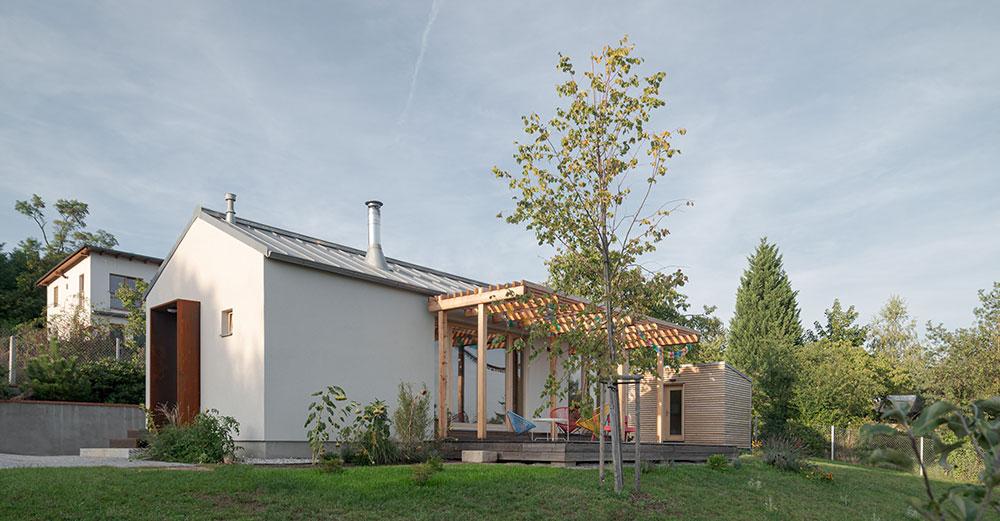 Rozlohou skromný, a predsa čarovný: Jednoduchý rekreačný domček nad mestom