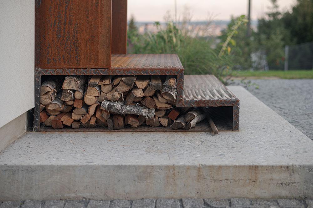 Kovové sú aj schodíky s protišmykovou textúrou.
