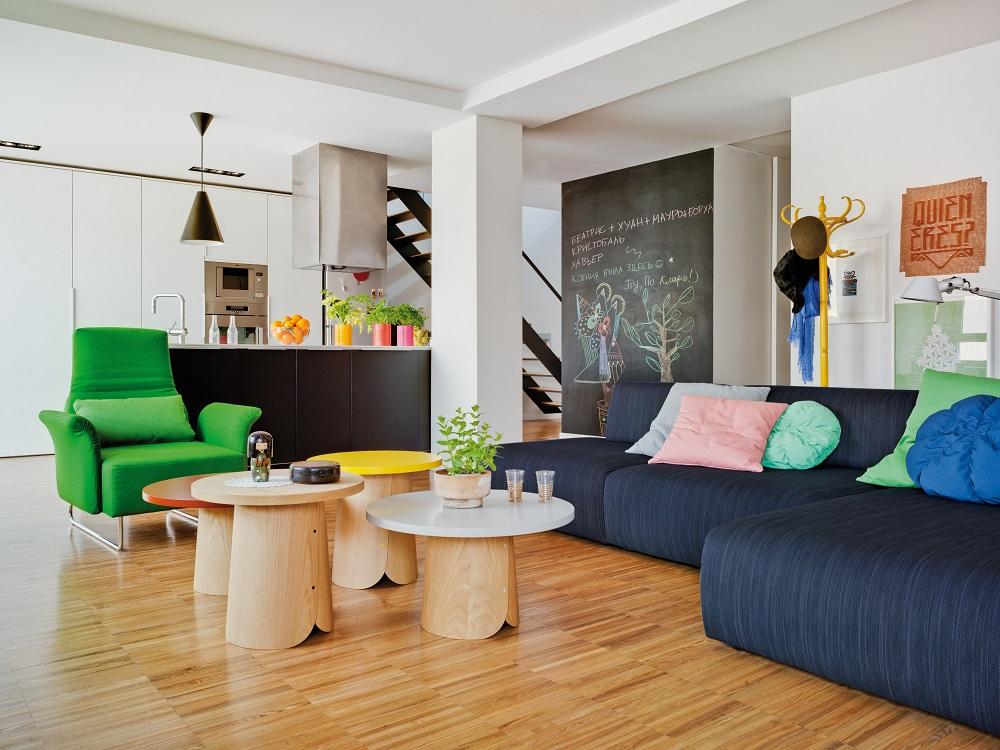 obývacia izba s modrou pohovkou a zeleným kreslom