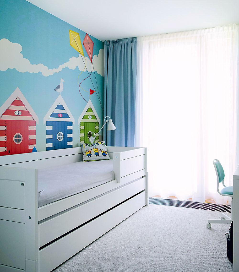 Detským izbám dominuje veselá tapeta smotívom plážových domčekov.
