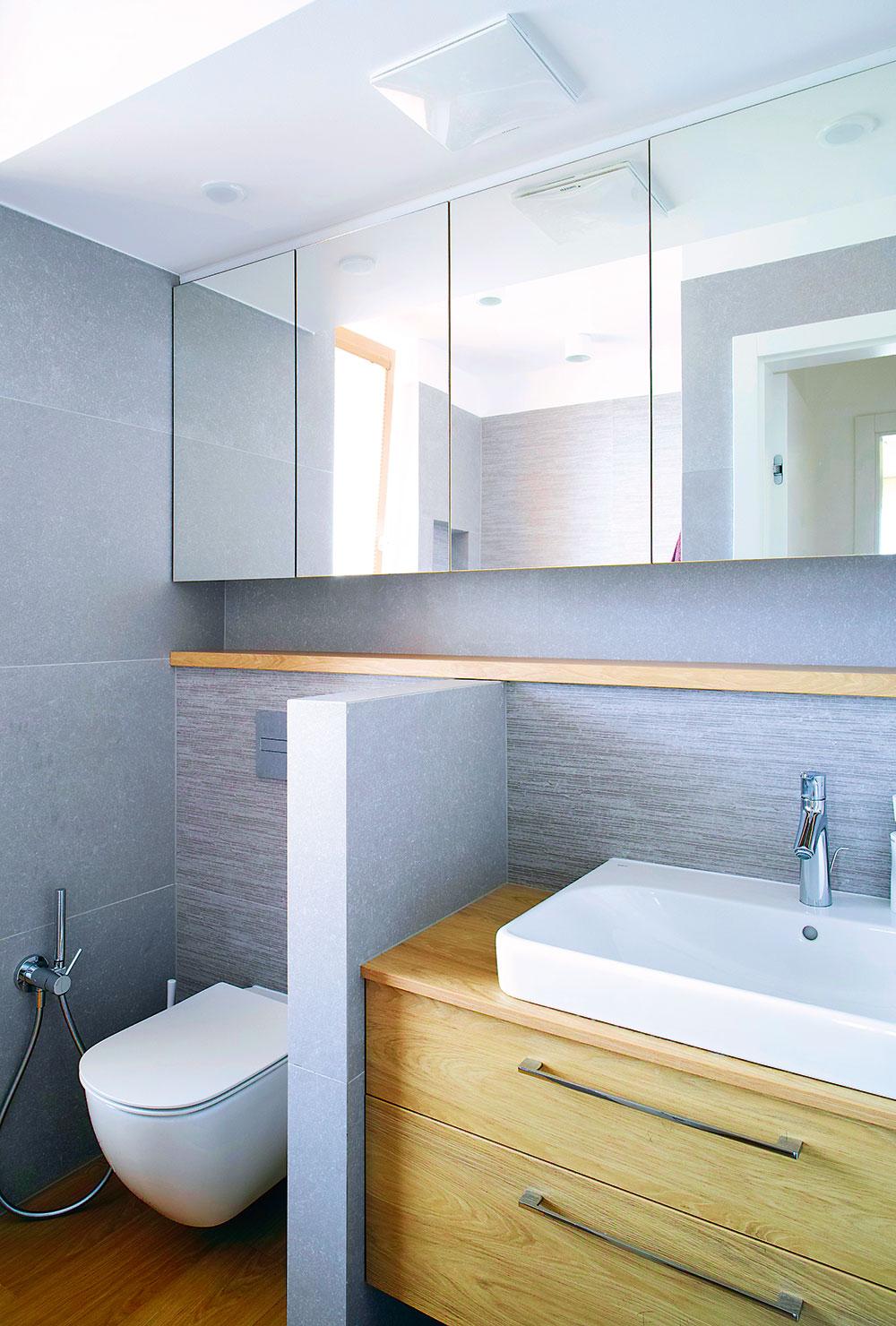 kúpeľňa so sivými obkladačkami