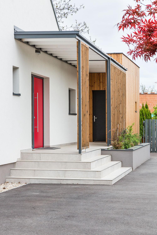červené vtupné dvere