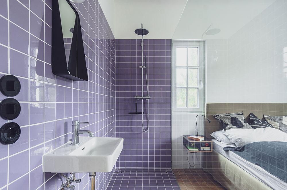 kúpeľňa so sprchovým kútom a fialovými obkladačkami