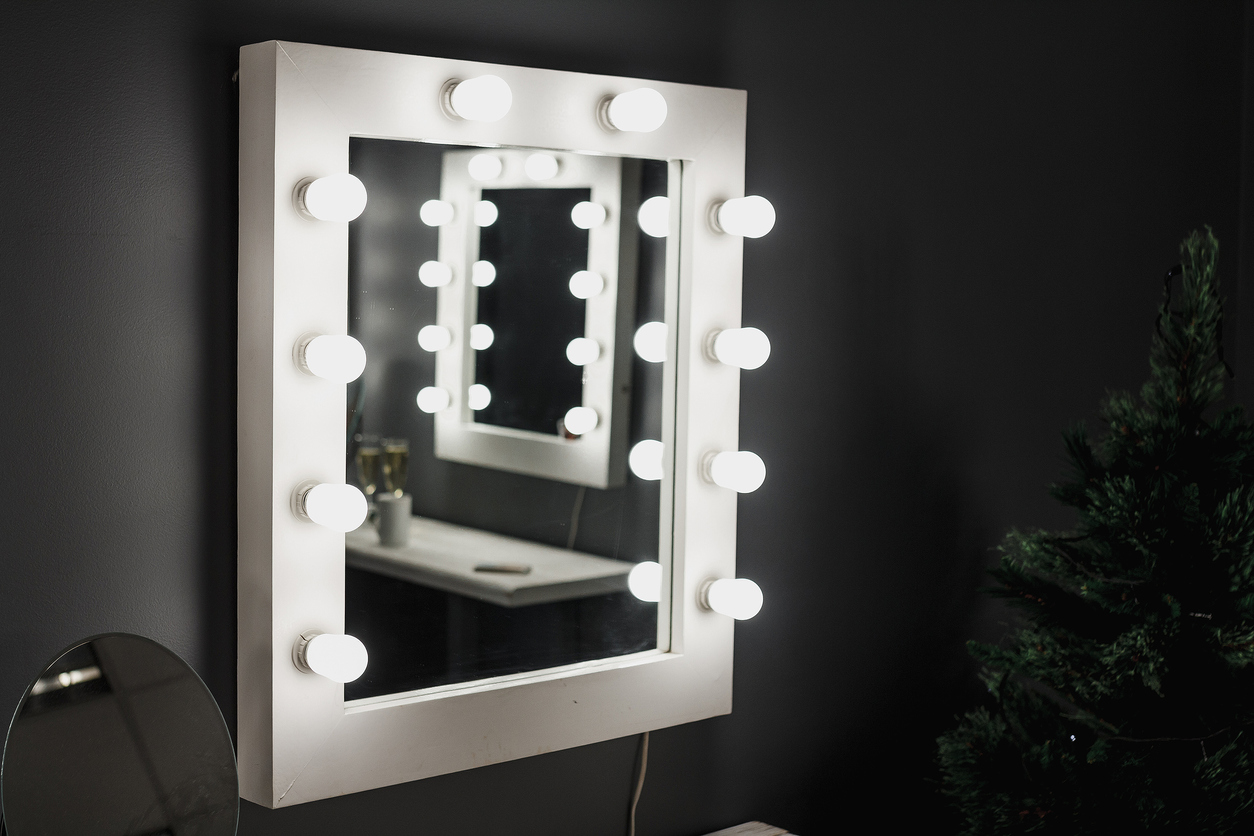 osvetlené zrkadlo