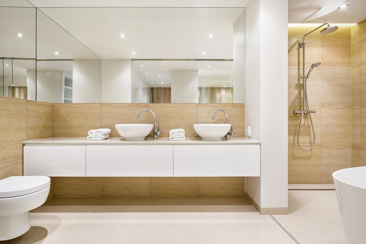 elegantná kúpeľňa s veľkým zrkadlom