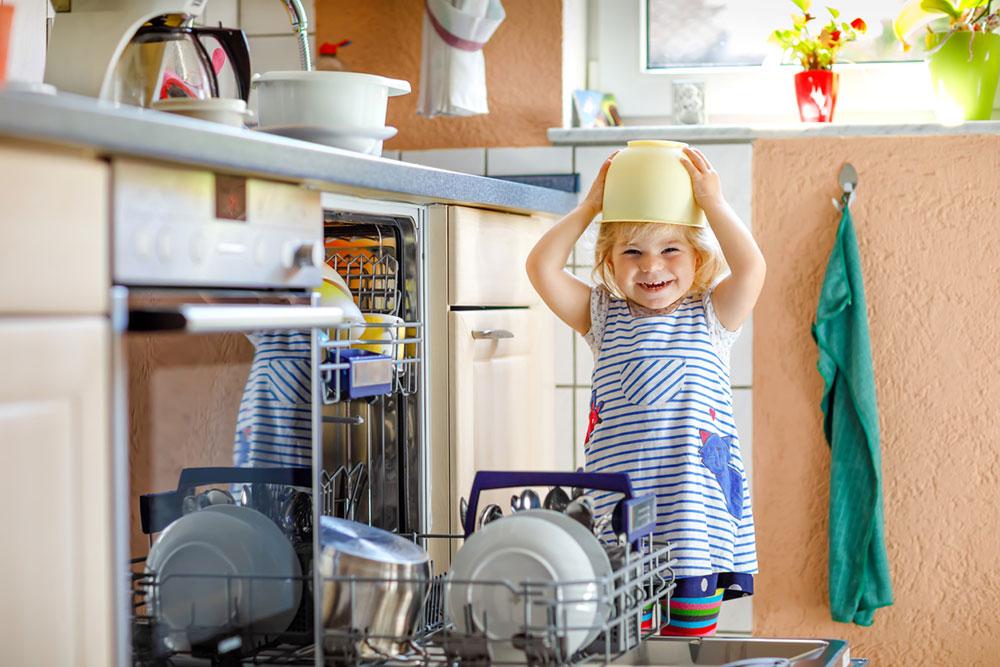 dieťa pri umývačke riadu