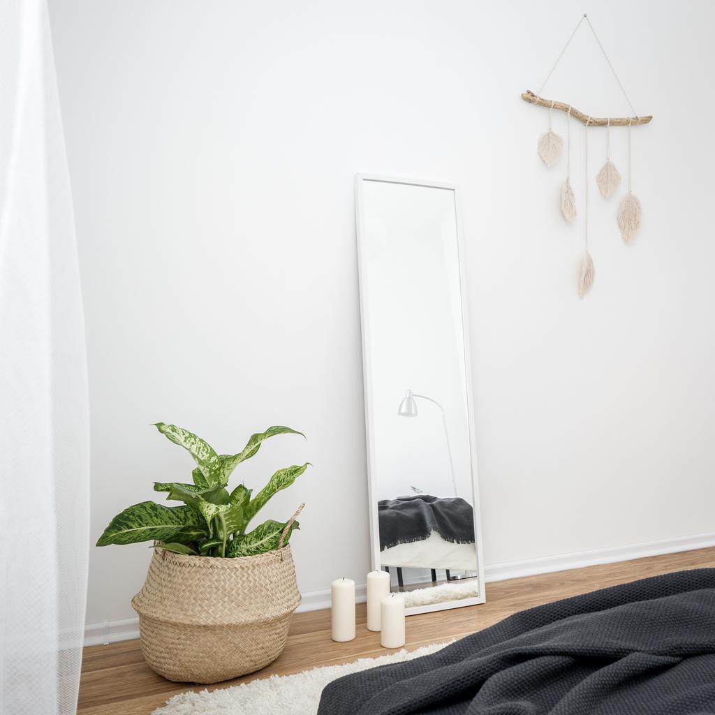 spálňa so zrkadlom