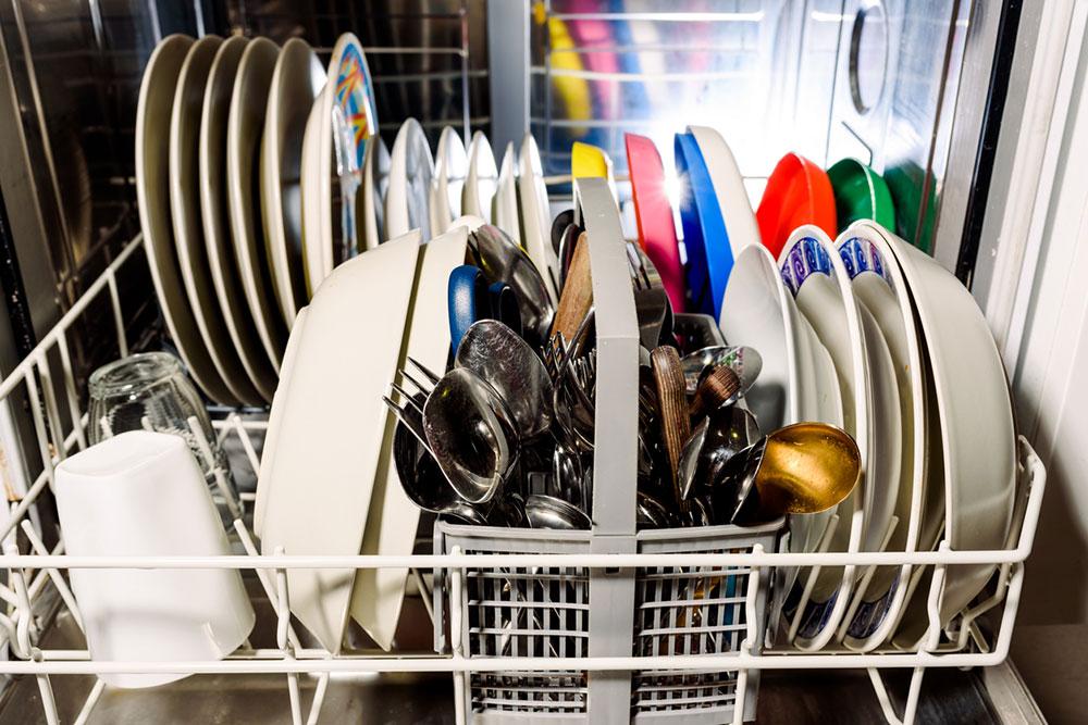 čistý riad v umývačke
