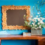 modrá stena so zrkadlom