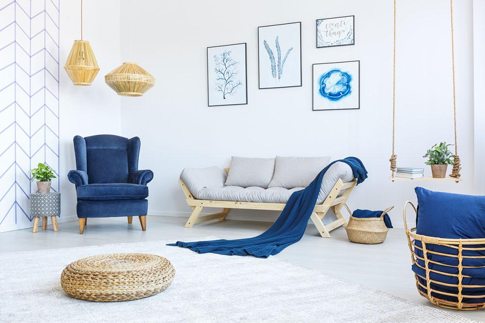 obývacia izba s modrým kreslom