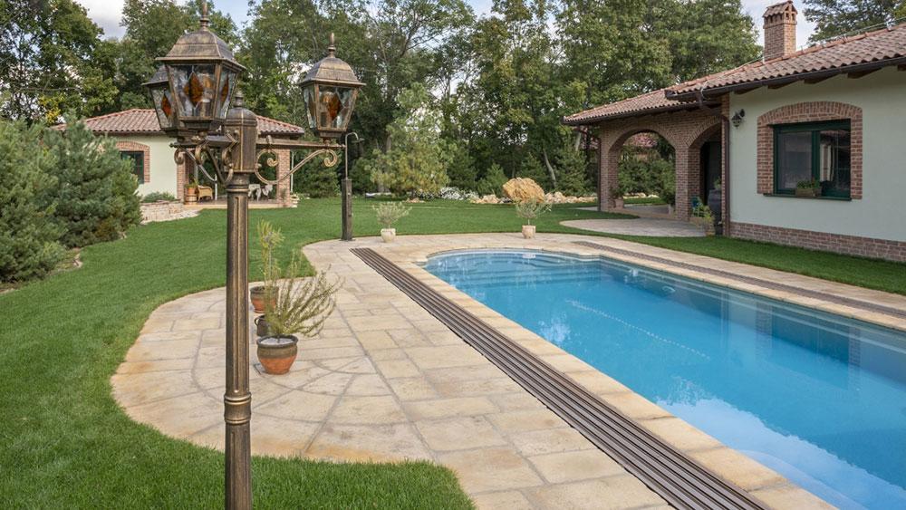 Terasové platne pri záhradnom bazéne