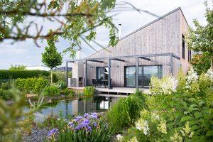Trávnik v záhrade nahradilo prírodné kúpacie jazierko, ktoré sa dokáže samočistiť bez chémie