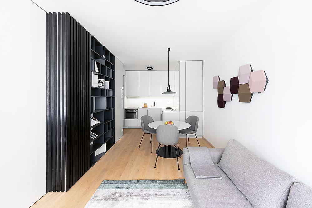 obývacia izba s nástennou dekoráciou
