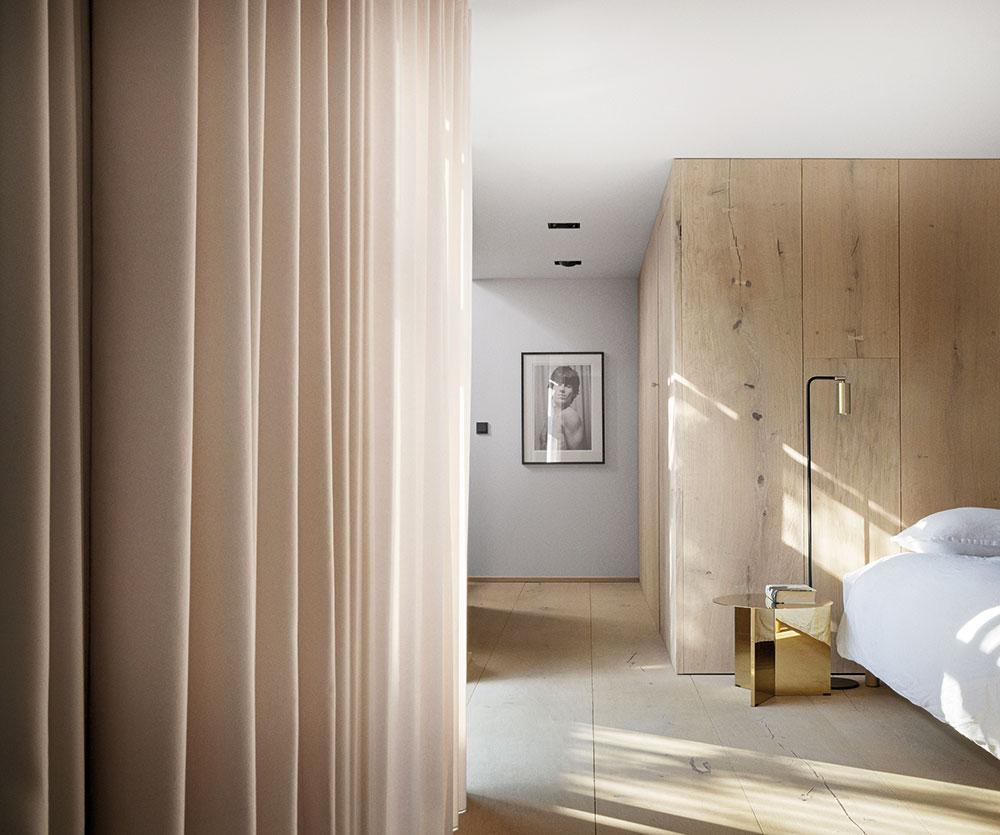 interiér v prírodných tónoch s dreveným obkladom