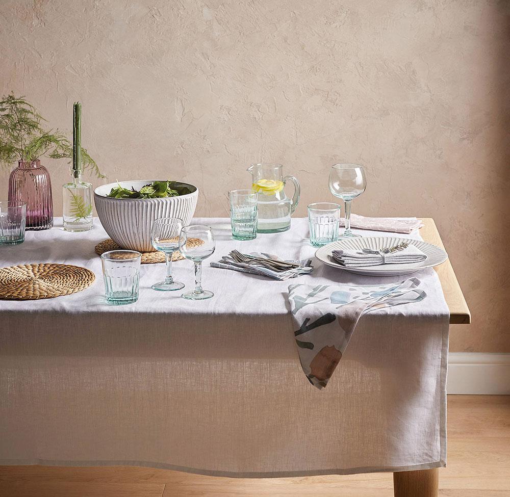jedálenský stôl s obrusom