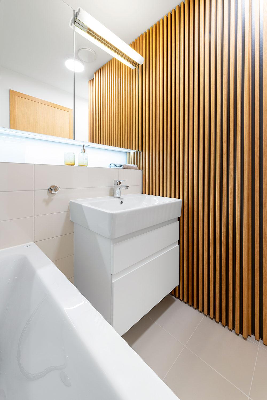 osuvný panel z masívneho latovania oddeľujúci záchod od kúpeľne