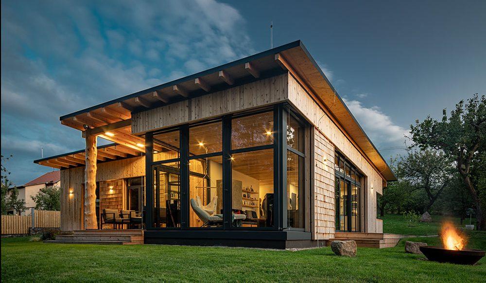Drevená stavba roka 2020? Stala sa ňou táto nízkoenergetická drevostavba s ôsmimi druhmi dreva