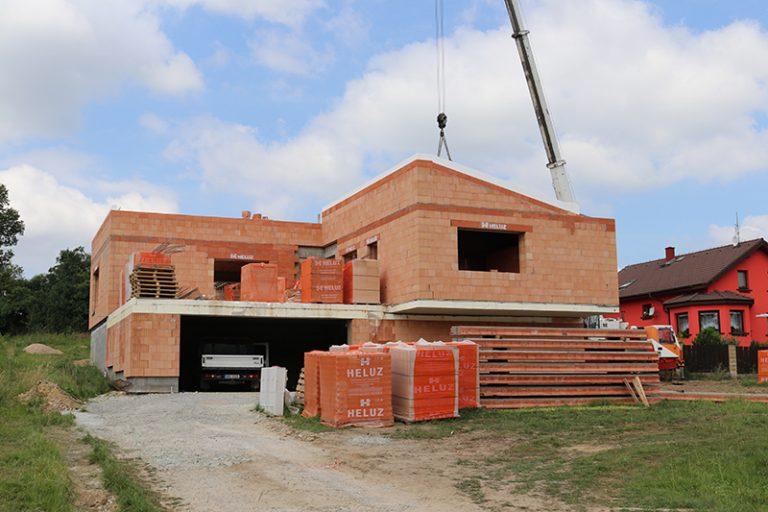Ťažká šikmá strecha, ktorá je odolná, trvanlivá a tepelne aj zvukovo výborne izoluje